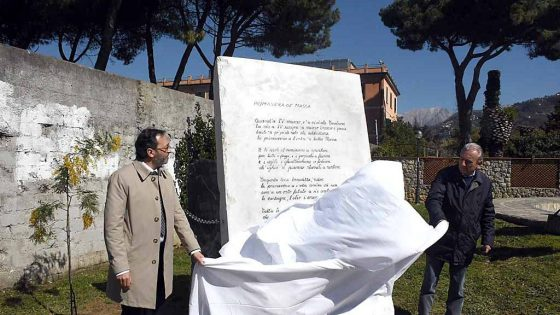 Massa: monumento a podestà, nuova protesta davanti a stele