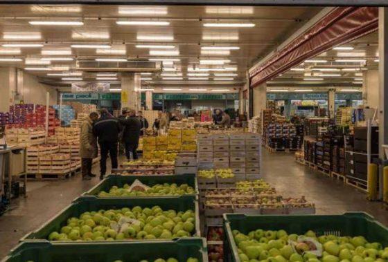 Firenze, picchiato in area Mercafir, gli rubano la verdura
