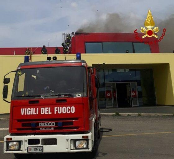 Incendio: fiamme in capannone industriale nel Pistoiese
