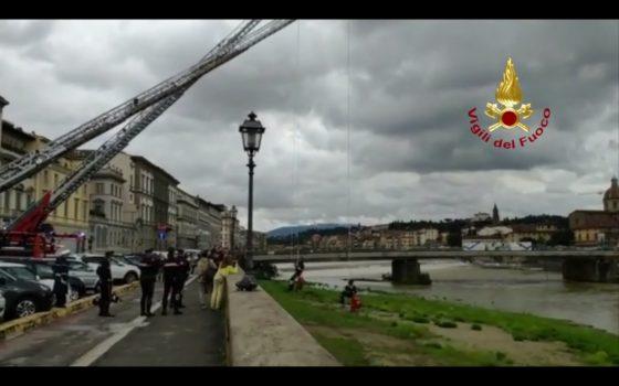 Bloccati sulla riva dell'Arno: Vigili del fuoco soccorrono 15 persone