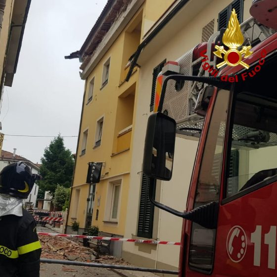 Montecatini: distacco gronda hotel,  20 persone evacuate