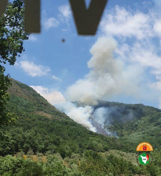 Incendio in Lunigiana. Al lavoro due elicotteri e un Canadair