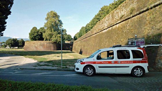 Turista olandese, seduto ssotto le mura, muore schiacciato da furgone
