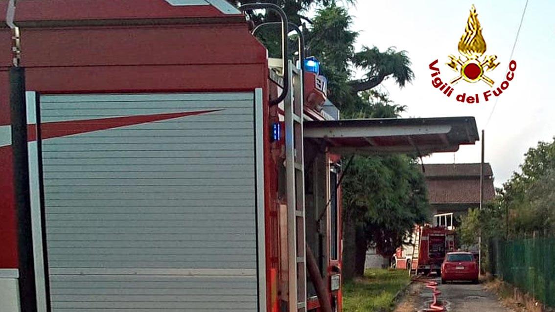 All'arrivo delle squadre dei Vigili del Fuoco l'incendio non solo stava già interessando il piano rialzato di un'abitazione