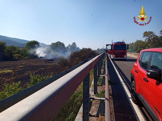 Chiuso tratto Aurelia e stop treni per incendio vicino binari