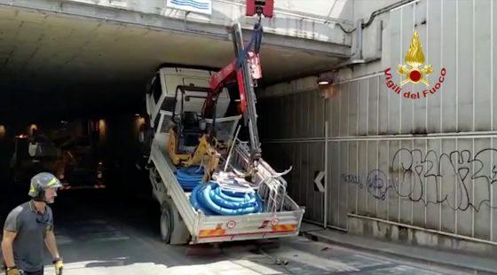 Autocarro rimane incastrato a Firenze
