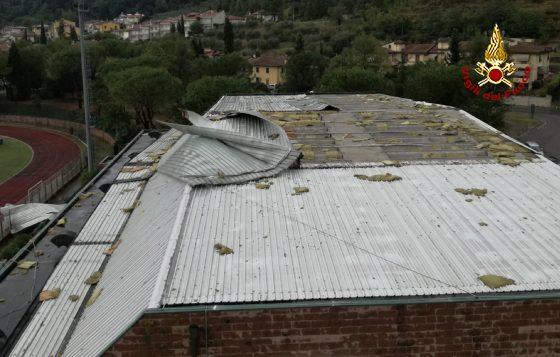 Maltempo: forte temporale scoperchia tetto palasport Montelupo F.no