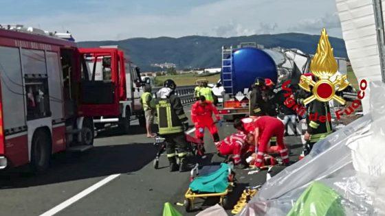 TIR urta furgoni fermi corsia emergenza, un morto e 8 feriti
