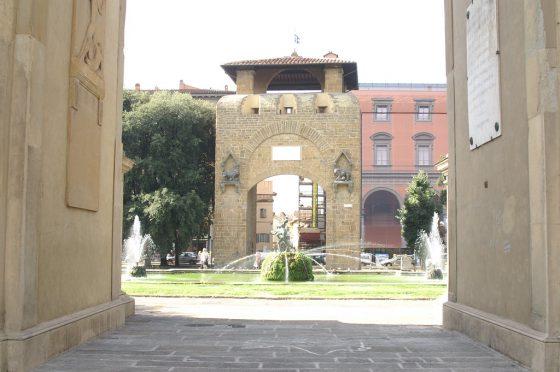 Firenze, Porta S.Gallo si tinge arancione contro la violenza su minori