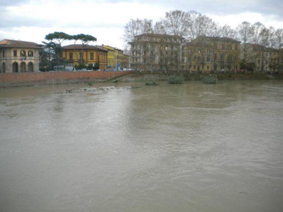 Arno: a Pisa ondata di piena passata senza danni