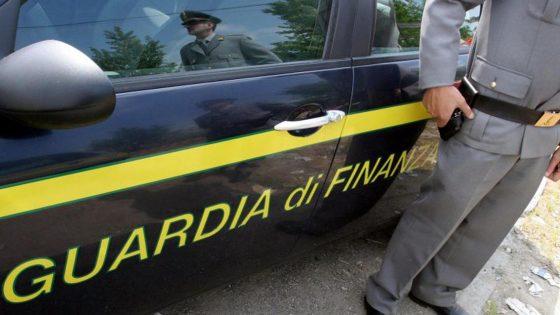Gdf Firenze: facevano 'cartello' per vendere divise, interdetti 9 imprenditori