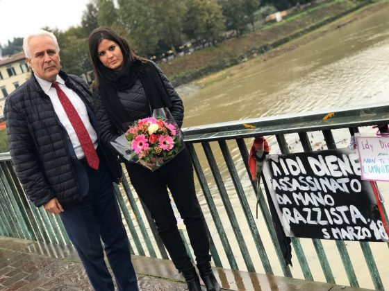 Targa in memoria di Idy Diene, omaggio floreale di Giani e Nardini