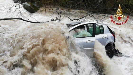 Auto trascinata dalle piogge in un canale a Lucca. Allagamenti all'Elba