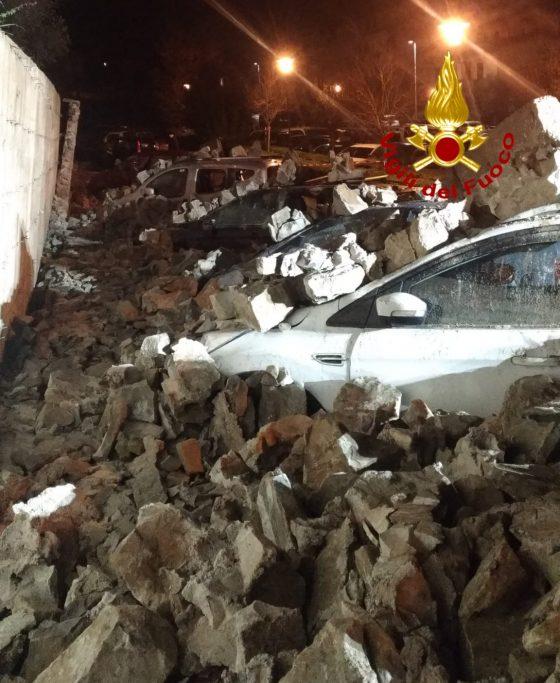 Crolla un muro di contenimento e travolge 8 vetture, nessun ferito