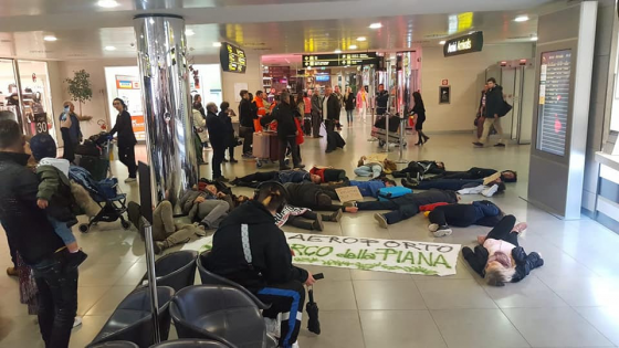 Fridays for future: 'die-in' all'aeroporto Vespucci