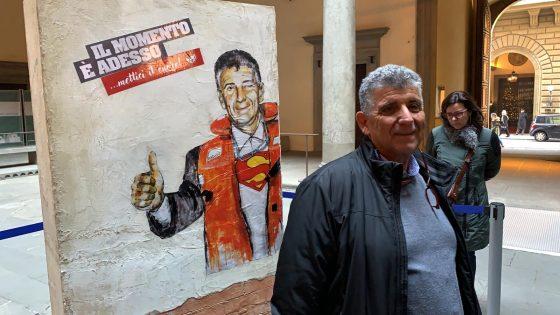 Bartolo 'visita' il murales che lo ritrae a Firenze