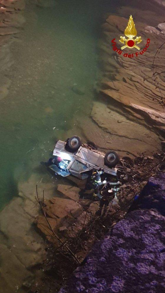 Auto finisce nel fiume: muore 83enne