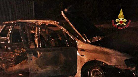 Un Uomo muore carbonizzato in auto in fiamme