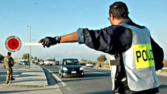 Fermato, tossisce in faccia a poliziotti: denunciato