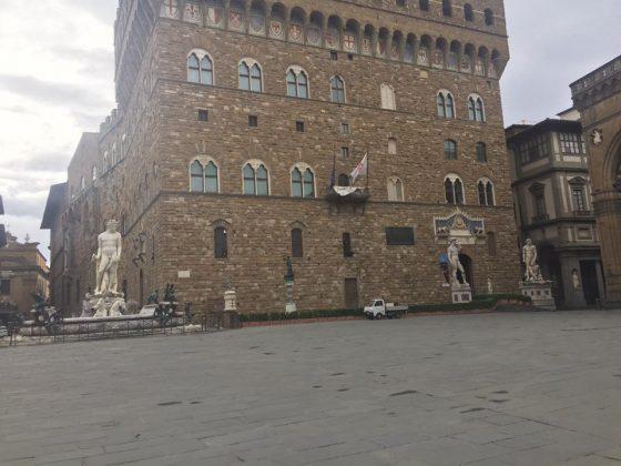 """Edicolante di piazza Signoria: """"Si sta aperti giusto per prendere una boccata d'aria"""""""