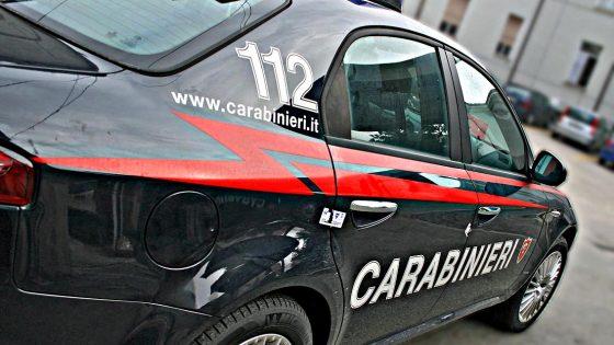 Con taglierino minaccia madre e carabinieri, arrestato dopo essersi barricato in casa