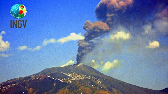E come se non bastasse inizia ad eruttare l'Etna