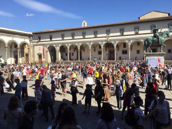 """Firenze, oltre mille in piazza """"La scuola si-cura non si chiude"""""""