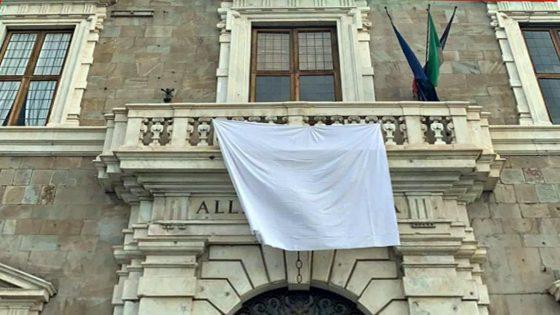 UniPi, un lenzuolo bianco alla finestra per anniversario stragi