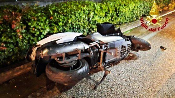 Scooter contro auto, muore 17enne