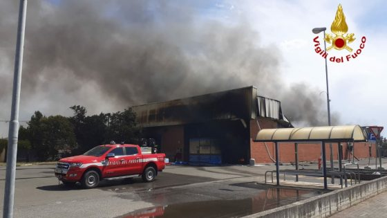 Incendio distrugge un grande magazzino nel Livornese