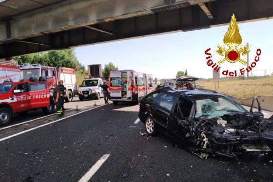Incidente mortale sulla Fi-Pi-Li, camion scavalca corsia e si scontra con un'auto