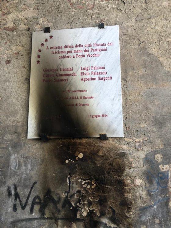 Grosseto. Incendiata la targa che ricorda i partigiani caduti