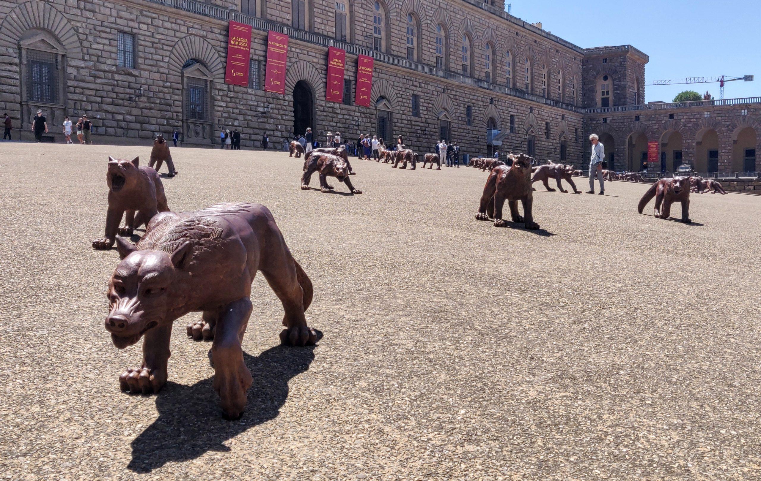 Firenze, i lupi di Liu Ruowang invadono le piazze della città toscana