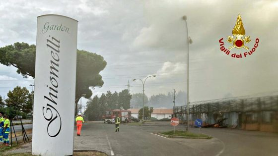 Incendio Ghiomelli Garden, Comune: tenere chiuse le finestre