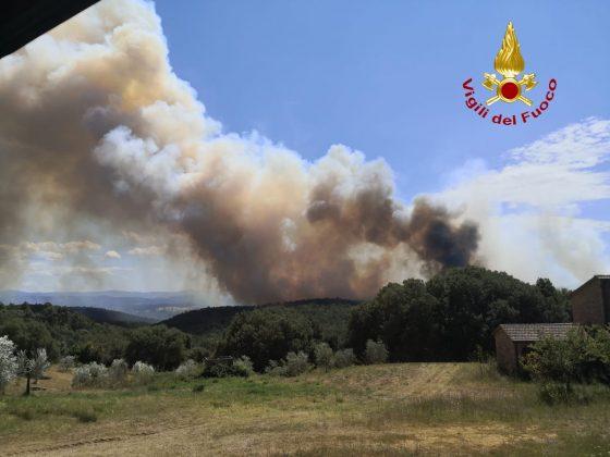 Fiamme in bosco a Civitella Paganico, due elicotteri regionali in azione