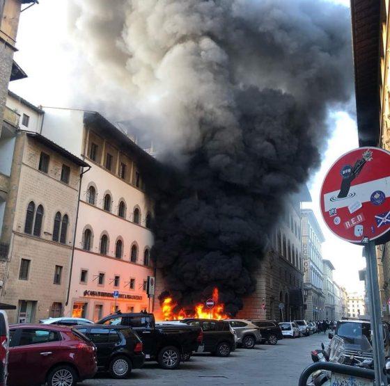 Incendio vicino allo Yab: motorini in fiamme, colonna di fumo visibile a km di distanza