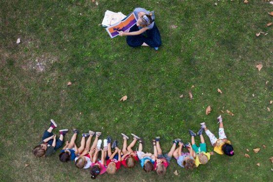 Le emozioni dei bambini tornati a scuola nelle foto di Massimo Sestini