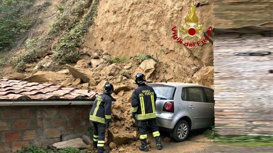 Frana vicino a delle case, 5 famiglie evacuate