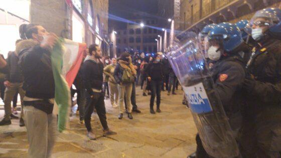 Manifestazione non autorizzata a Firenze: lanci di bottiglie, cariche e lacrimogeni