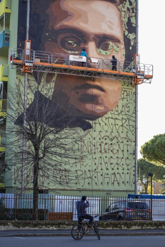 Murale Gramsci casa popolare finito,tra prime visite Bennato
