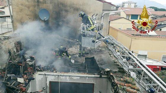 Crollo del tetto di una palazzina per un incendio