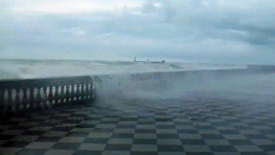 Mareggiata Livorno: danni a Terrazza Mascagni, proroga allerta arancione