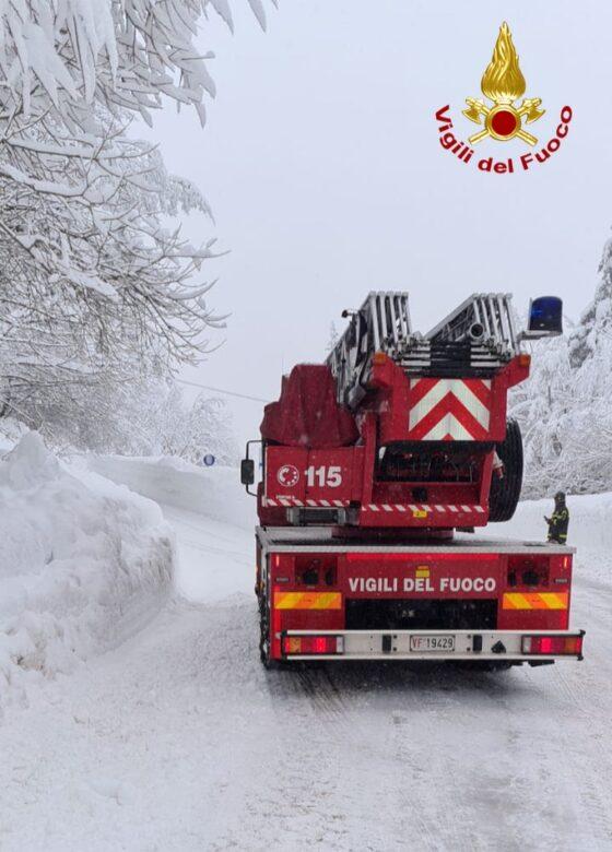Maltempo: neve in Toscana, senza luce paesi e alberi caduti