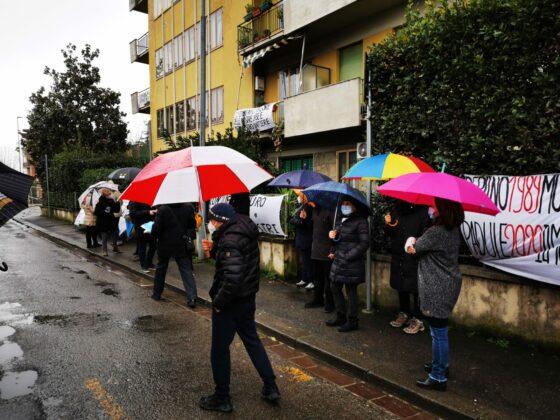 'Murati in casa' dalle barriere antirumore della ferrovia, la protesta di via di Padule (Sesto F.no)