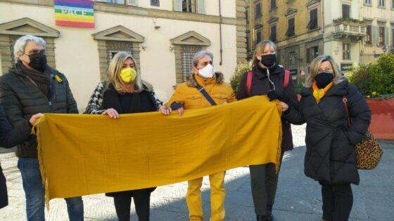 """Esistiamo: """"Vogliamo che Firenze resti gialla"""", consegnati indumenti a Giani"""