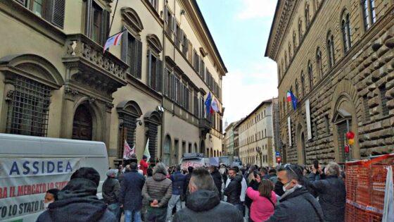 Ambulanti sfilano in corteo a Firenze con 1.280 mezzi