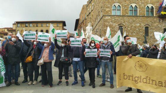 """Fermi da 14 mesi, sussidi miseri, fateci lavorare"", ambulanti in piazza a Firenze"
