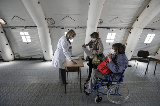 Vaccini in Toscana: riaperte prenotazioni per fragili ma poche dosi