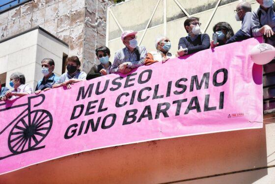 Giro d'Italia a Firenze: passaggio davanti al museo Gino Bartali