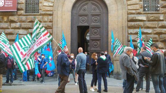 Sicurezza sul lavoro e licenziamenti, presidio di CGIL CISL UIL a Firenze
